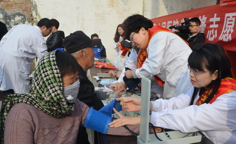 高青县中医医院组织开展新时代文明实践学雷锋志愿服务义诊活动